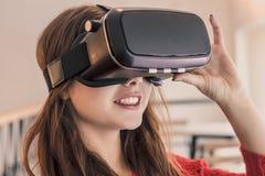 Mooi jong meisje met virtuele werkelijkheidshoofdtelefoon of 3d glazen Stock Foto's