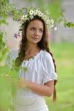 Mooi jong meisje met vlechten en madeliefjes Stock Foto