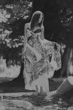 Mooi jong meisje onder park royalty-vrije stock afbeeldingen