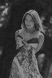 Mooi jong meisje onder park royalty-vrije stock fotografie