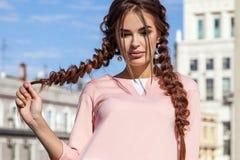 Mooi jong meisje op de achtergrond van het stedelijke landschap binnen Stock Foto's