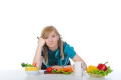 mooi jong meisje op de keukenlijst Stock Afbeelding