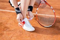 Mooi jong meisje op de open tennisbaan Royalty-vrije Stock Fotografie