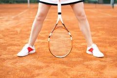 Mooi jong meisje op de open tennisbaan Royalty-vrije Stock Afbeeldingen