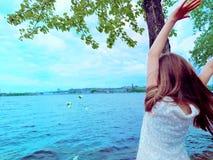 Mooi jong meisje op de rivierbank stock foto