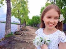 Mooi jong meisje op de rivierbank royalty-vrije stock afbeelding