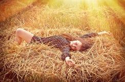 Mooi jong meisje op de weide stock afbeeldingen
