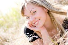 Mooi jong meisje op de zomerweide Royalty-vrije Stock Afbeeldingen