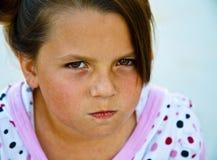 Mooi jong meisje op een concreet terras. Stock Foto