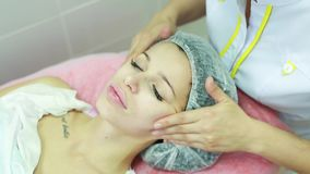 Mooi jong meisje op een gezichtsmassage stock video
