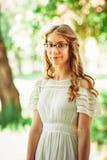 Mooi jong meisje op natuurlijke achtergrond Royalty-vrije Stock Fotografie