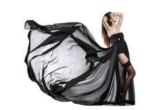 Mooi jong meisje in vliegende zwarte kleding Stromende Stof Stock Afbeelding