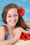 Mooi jong meisje in zwembad royalty-vrije stock afbeelding