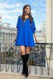 Mooi jong meisjesmodel op de achtergrond van stedelijke landsc Royalty-vrije Stock Afbeeldingen