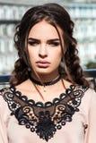 Mooi jong meisjesmodel op de achtergrond van stedelijke landsc Stock Fotografie