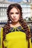 Mooi jong meisjesmodel op de achtergrond van stedelijke landsc Stock Foto's
