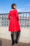 Mooi jong meisjesmodel op de achtergrond van stedelijke landsc Royalty-vrije Stock Foto