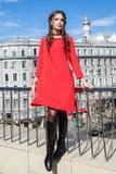 Mooi jong meisjesmodel op de achtergrond van stedelijke landsc Stock Foto