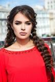 Mooi jong meisjesmodel op de achtergrond van stedelijke landsc Royalty-vrije Stock Foto's