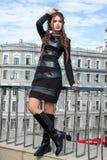 Mooi jong meisjesmodel op de achtergrond van stedelijke landsc Royalty-vrije Stock Afbeelding