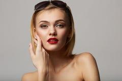 Mooi jong model met het grote omhoog glas-sluiten! Royalty-vrije Stock Afbeelding