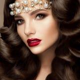 Mooi jong model met rode lippen royalty-vrije stock fotografie