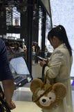 Mooi jong modieus Aziatisch meisje met een celtelefoon royalty-vrije stock fotografie