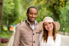 Mooi jong multi-etnisch paar die pret hebben samen bij het park royalty-vrije stock afbeelding