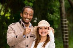 Mooi jong multi-etnisch paar die pret hebben samen bij het park stock foto