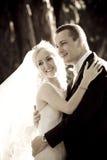 Mooi jong onlangs wed paar die tegen boomboomstam leunen in bos royalty-vrije stock fotografie