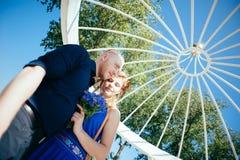 Mooi jong paar in de de zomeralkoof Royalty-vrije Stock Afbeeldingen