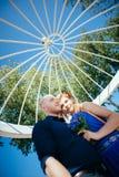 Mooi jong paar in de de zomeralkoof Royalty-vrije Stock Foto's