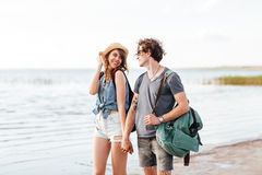 Mooi jong paar die in liefde bij het strand lopen Royalty-vrije Stock Fotografie