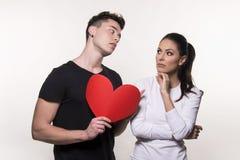 Mooi jong paar in liefde en strijdconcept Stock Afbeeldingen