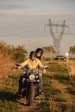 Mooi jong paar met een motorfiets stock afbeeldingen