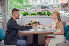 Mooi jong paar met glazen rode wijn in luxerestaurant Royalty-vrije Stock Afbeeldingen