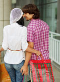 Mooi jong paar na het winkelen stock fotografie