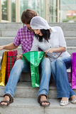 Mooi jong paar na het winkelen stock foto's