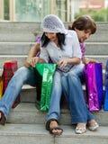 Mooi jong paar na het winkelen stock foto