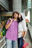 Mooi jong paar na het winkelen royalty-vrije stock afbeelding