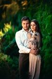 Mooi jong paar op een aardachtergrond Stock Foto's