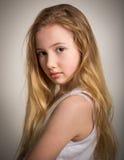 Mooi jong schuw blond meisje stock afbeeldingen