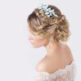 Mooi jong sexy elegant zoet meisje in het beeld van een bruid met haar en bloemen in haar haar, gevoelige huwelijksmake-up Royalty-vrije Stock Fotografie