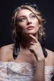 mooi jong sexy elegant zoet meisje in het beeld van een bruid met haar en bloemen in haar haar, gevoelige huwelijksmake-up stock afbeeldingen