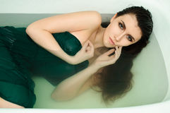 Mooi jong sexy meisje met donker nat haar royalty-vrije stock fotografie