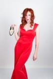 Mooi jong sexy slank roodharig meisje die hoge hielen van een de stiekeme zijde rode kleding, in alcoholische intoxicatie dragen stock afbeelding