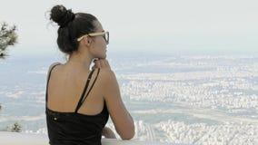 Mooi jong toeristenmeisje met rugzak dichtbij overzees stock video