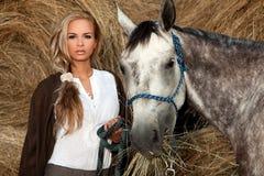 Mooi Jong Vrouw & Paard Royalty-vrije Stock Foto's