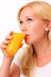 Mooi jong vrouw het drinken sap Stock Foto's