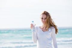 Mooi jong vrouwen drinkwater in de zomer royalty-vrije stock afbeelding